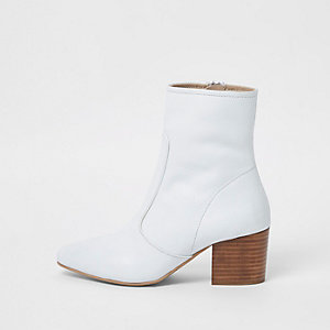 Weiße Leder-Stiefeletten mit Blockabsatz