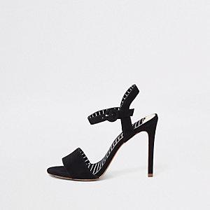 Sandales noires en deux parties à talons aiguille coupe large