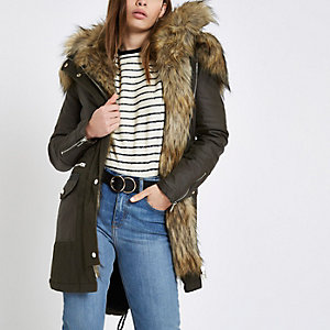 Khakifarbener Mantel mit Kunstpelzbesatz