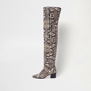 Beige ruimvallende over-de-knie-laarzen met slangenprint