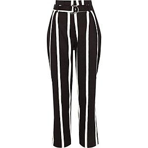Zwarte, gestreepte broek met wijde pijpen en riem met D-ring