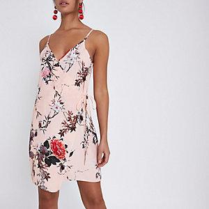 Mini-robe portefeuille à fleurs rose à fines bretelles