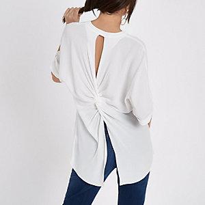Wit overhemd met gedraaide achterkant