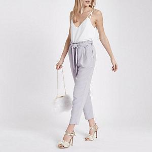 Pantalon fuselé gris noué à la taille