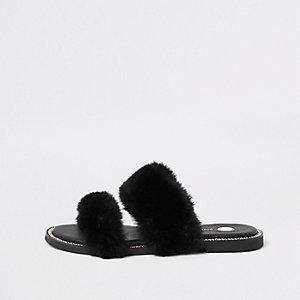 Sandales en fausse fourrure noire bordées de chaîne