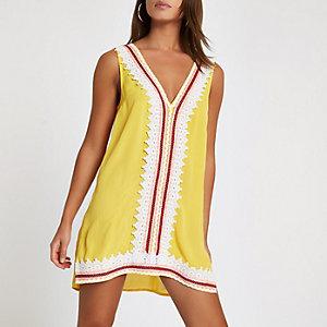 Robe de plage courte jaune avec dentelle festonnée
