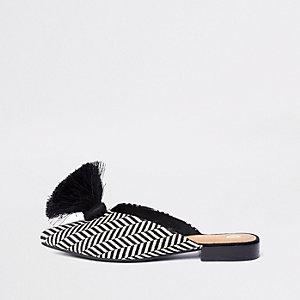 Zwarte puntige loafers van textiel zonder hiel met kwastjes
