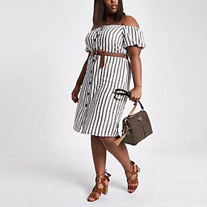 Plus – Beige gestreiftes Bardot-Kleid mit Gürtel