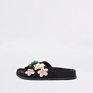 Zwarte slippers met gekruiste bandjes en 3D bloem