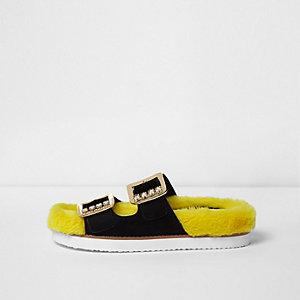 Zwarte sandalen van imitatiebont met siersteentjes en gesp