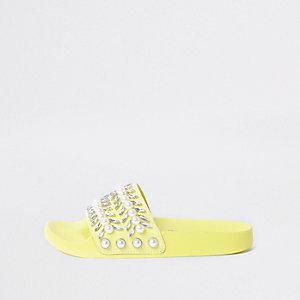 Limoengroene verfraaide slippers met siersteentjes