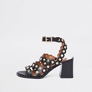 Sandales noires à bords festonnés et talons carrés
