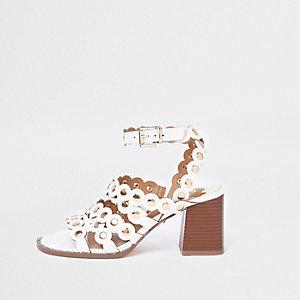Sandales blanches à bords festonnés et talons carrés