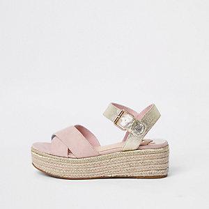 Sandales compensées style espadrille rose clair et dorées