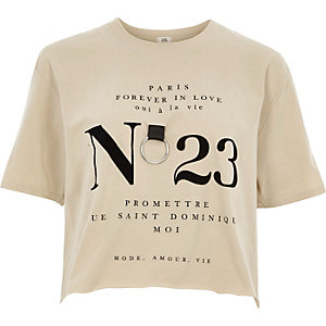 Beige cropped T-shirt met 'no 23' ring