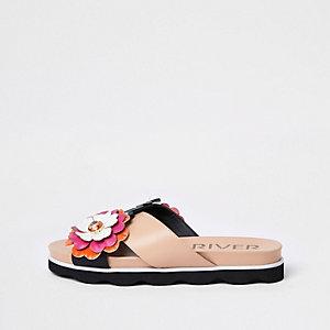 Roze sandalen met gekruiste bandjes en bloemenprint