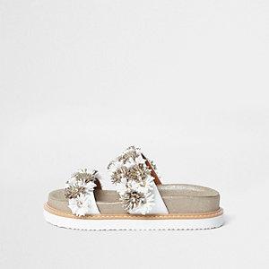 Goldene, florale Sandalen mit Doppelriemen