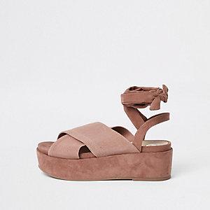 Nude sandalen met plateauzool en gekruiste bandjes