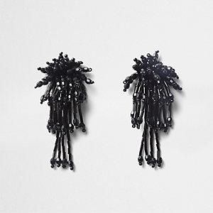 Schwarze, perlenverzierte Hängeohrringe