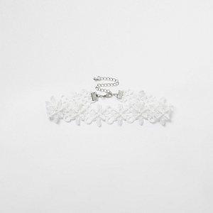 Witte verfraaide chokerketting met kant en kraaltjes
