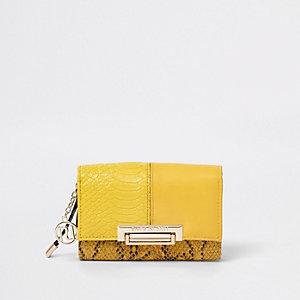 Gele portemonnee met paneel van slangeneffect, overslag en slot op de voorkant