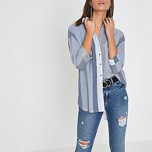 Chemise rayée nouée dans le dos