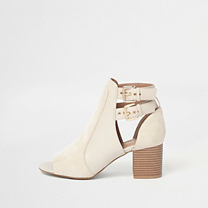 Crème laarzen met brede pasvorm, twee gespen en blokhak