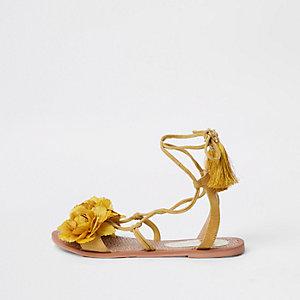 Sandales jaunes à fleurs nouées à la cheville