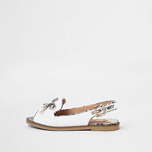 Witte laser-cut loafers met slangenprint, hielbandje en brede pasvorm