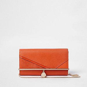 Oranje clutch met ketting en uitsnedes