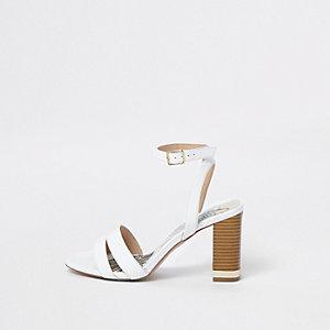 Sandales effet croco blanches à talons carrés coupe large