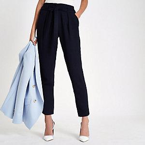 Marineblauwe smaltoelopende broek met strik in de taille