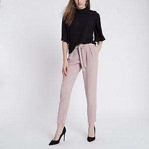 Pantalon rose clair fuselé noué à la taille