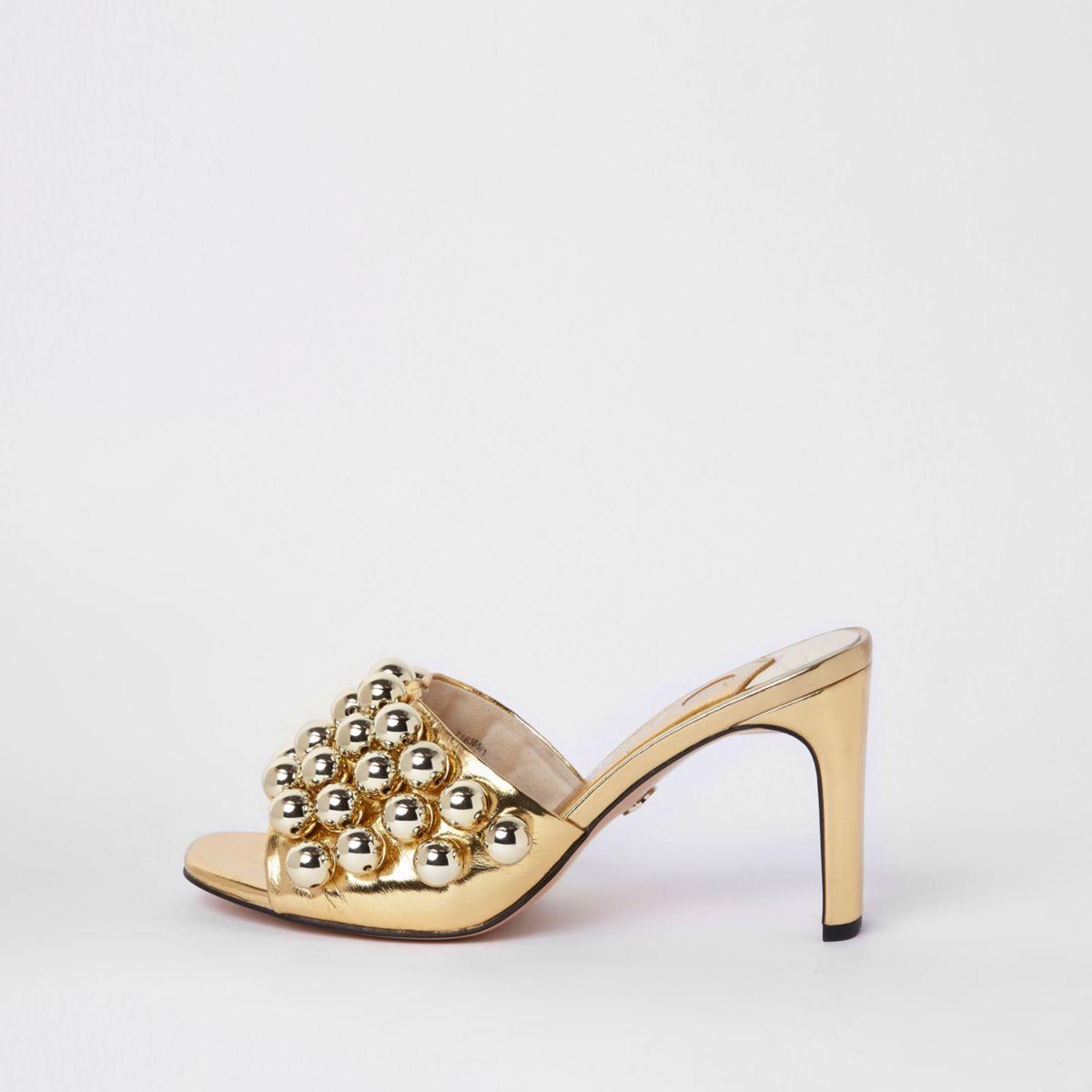 Goudkleurige sandalen met hak en kralenborduursel