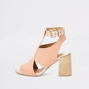 Roze schoenlaarsjes met uitsneden en blokhak