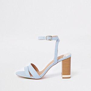 Lichtblauwe suède sandalen met blokhak en brede pasvorm