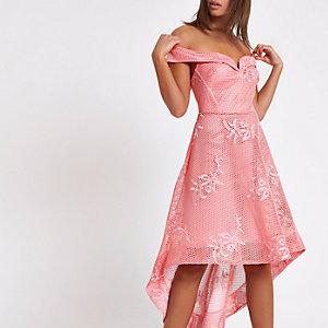 Robe Bardot en tulle rose à ourlet asymétrique