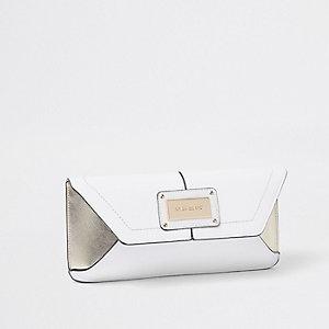 Witte clutch met envelopsluiting van imitatieleer