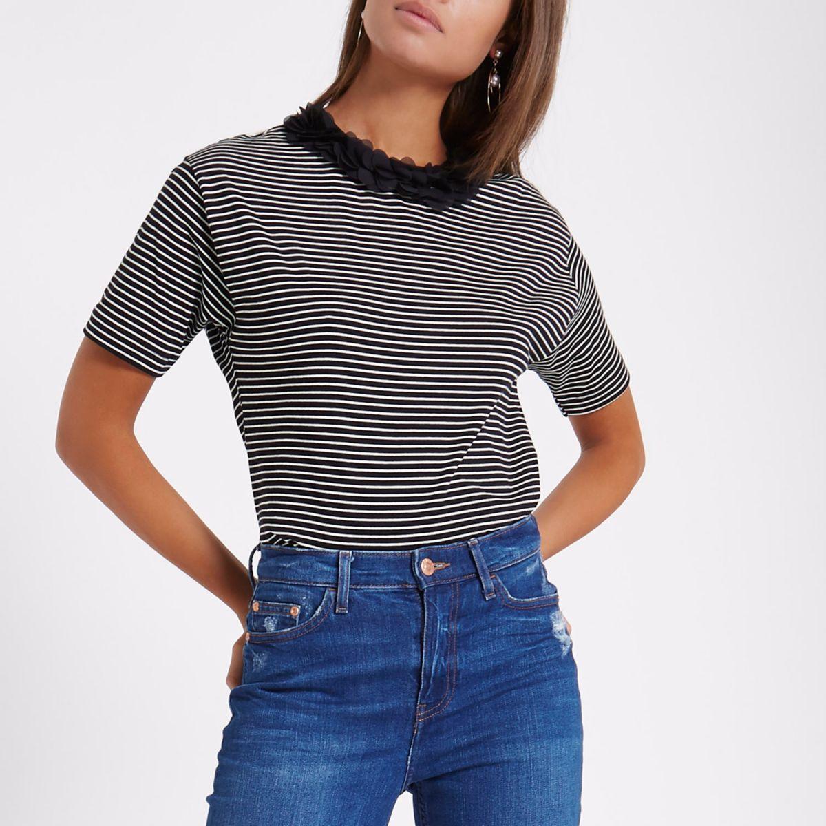 Zwart recht T-shirt met strepen en gebloemde hals