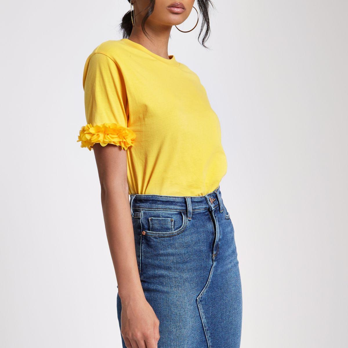 Geel recht T-shirt met bloemen op de mouwen