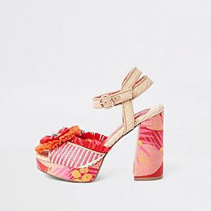 Rode sandalen met plateauzool, raffia en bloem