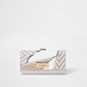 Witte geweven portemonnee met druksluiting en uitsnedes