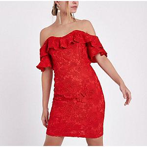 Petite – Robe courte ajustée en dentelle rouge avec encolure Bardot à volants