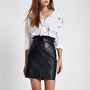 Mini-jupe en cuir synthétique noire avec bande latérale contrastante