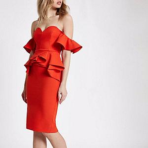 Robe rouge mi-longue style Bardot à volants et encolure en cœur