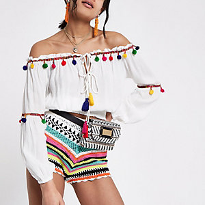 Top Bardot blanc à fronces avec pompons multicolores