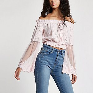 Crop top Bardot rose clair à broderie anglaise