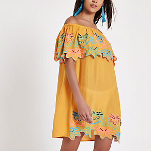 Robe Bardot jaune ocre brodée