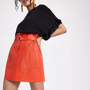 Roter Kunstleder-Minirock mit Paperbag-Taille