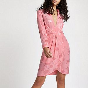Robe chemise rose décolletée à manches longues